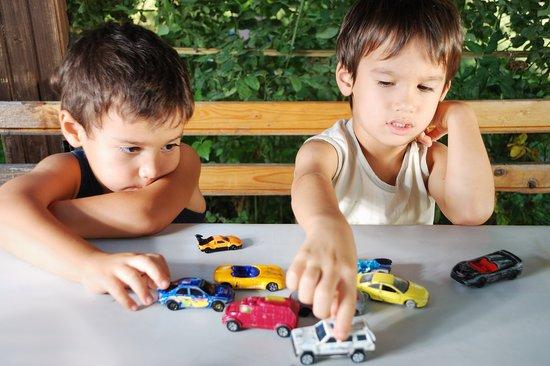 Anak belajar berbagi - Wow, Ternyata Ini 5 Manfaat Mainan Mobil Anak