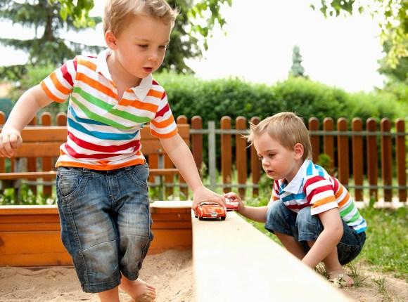 Anak belajar untuk melatih keseimbangan - Wow, Ternyata Ini 5 Manfaat Mainan Mobil Anak