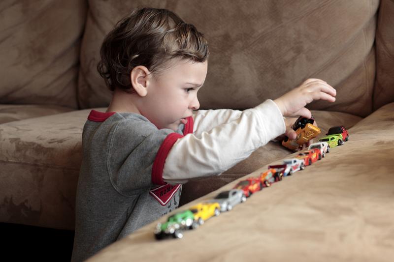 Anak belajar untuk merakit mainan - Wow, Ternyata Ini 5 Manfaat Mainan Mobil Anak