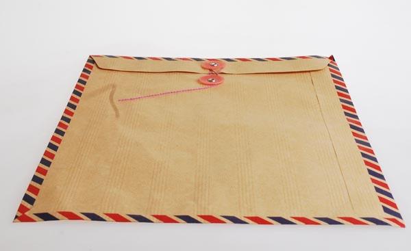 Pastikan Penutup Amplop Surat Lamaran Mudah Dibuka - 5 Cara Memilih Amplop Surat Lamaran yang Berkualitas