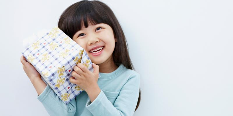 Sesuaikan dengan Usia Penerima - Tips Menentukan Motif Kertas Kado yang Pas dengan Penerima Hadiah